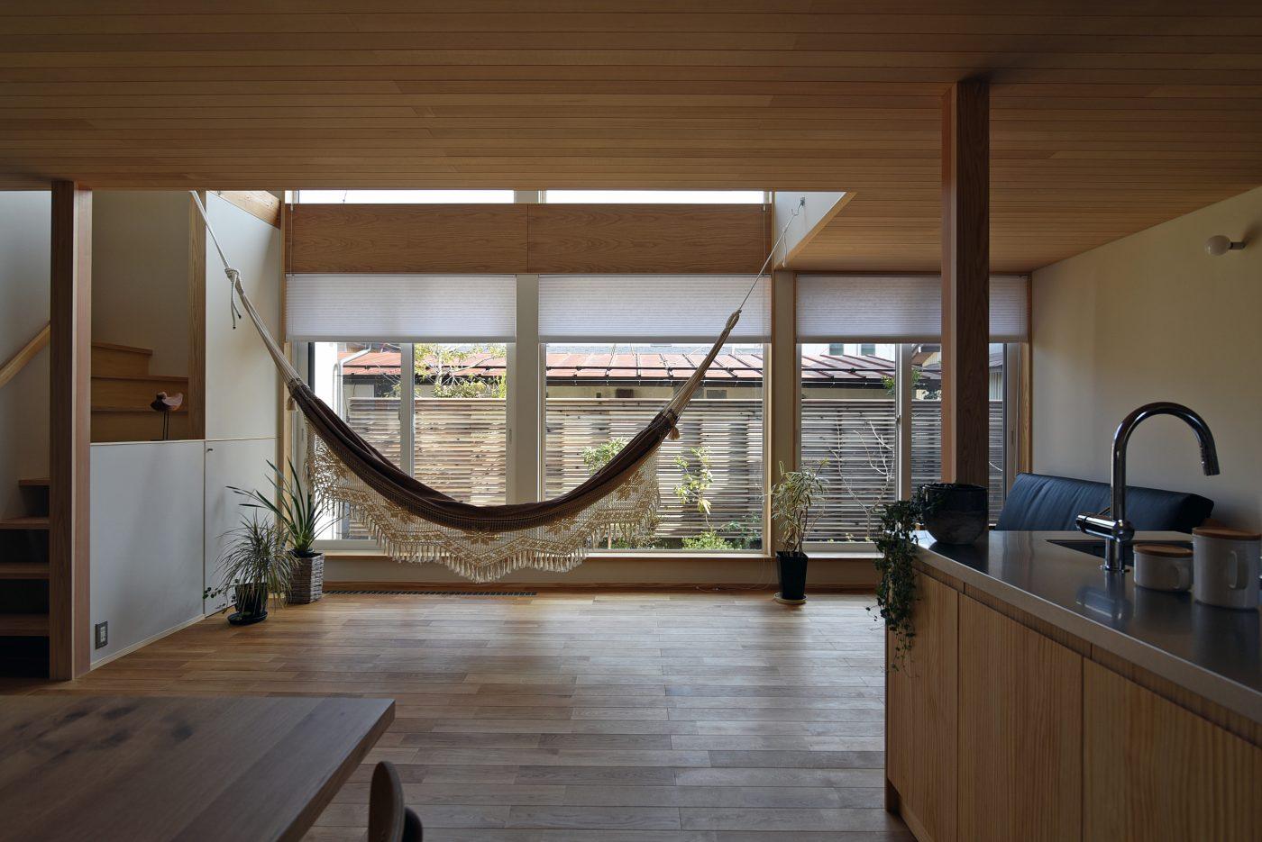 ハンモックで優しい光に揺られる「寺尾の家C」